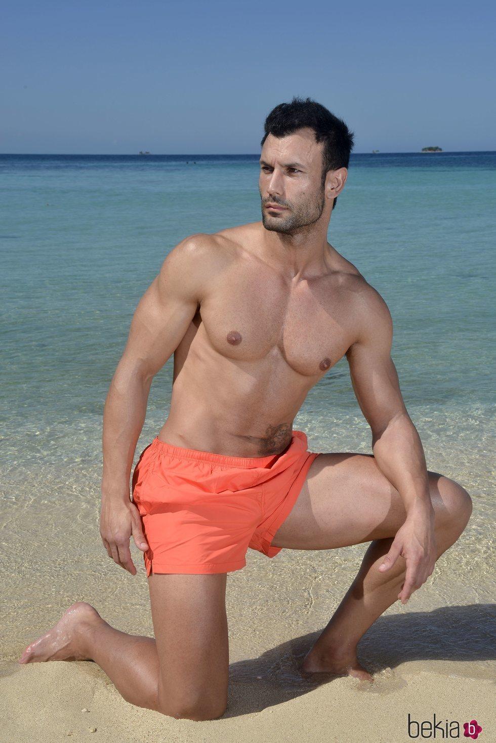 Jorge Pérez posando en la playa en la foto oficial de 'Supervivientes 2020'