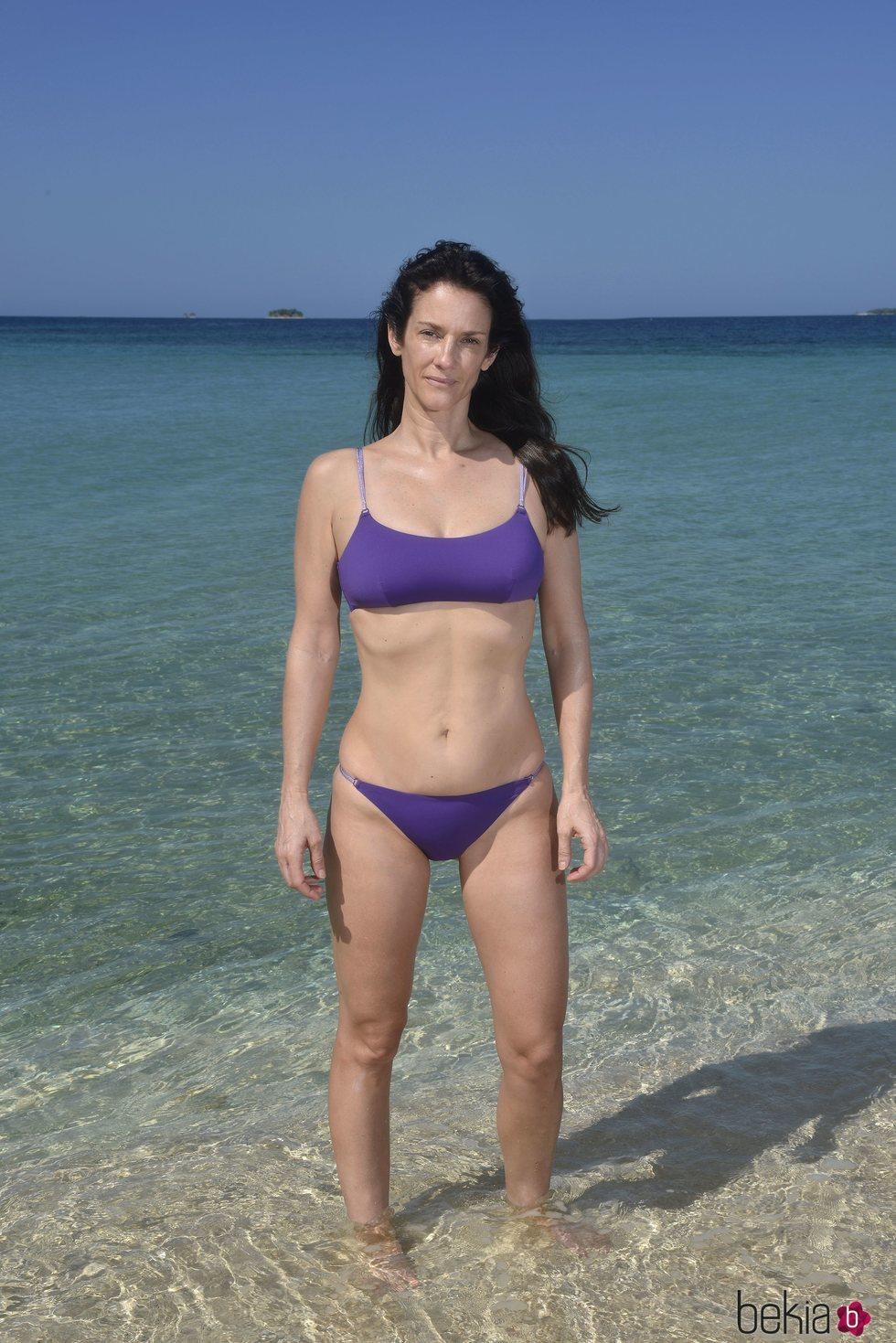 Elena Rodríguez posando en la playa en la foto oficial de 'Supervivientes 2020'