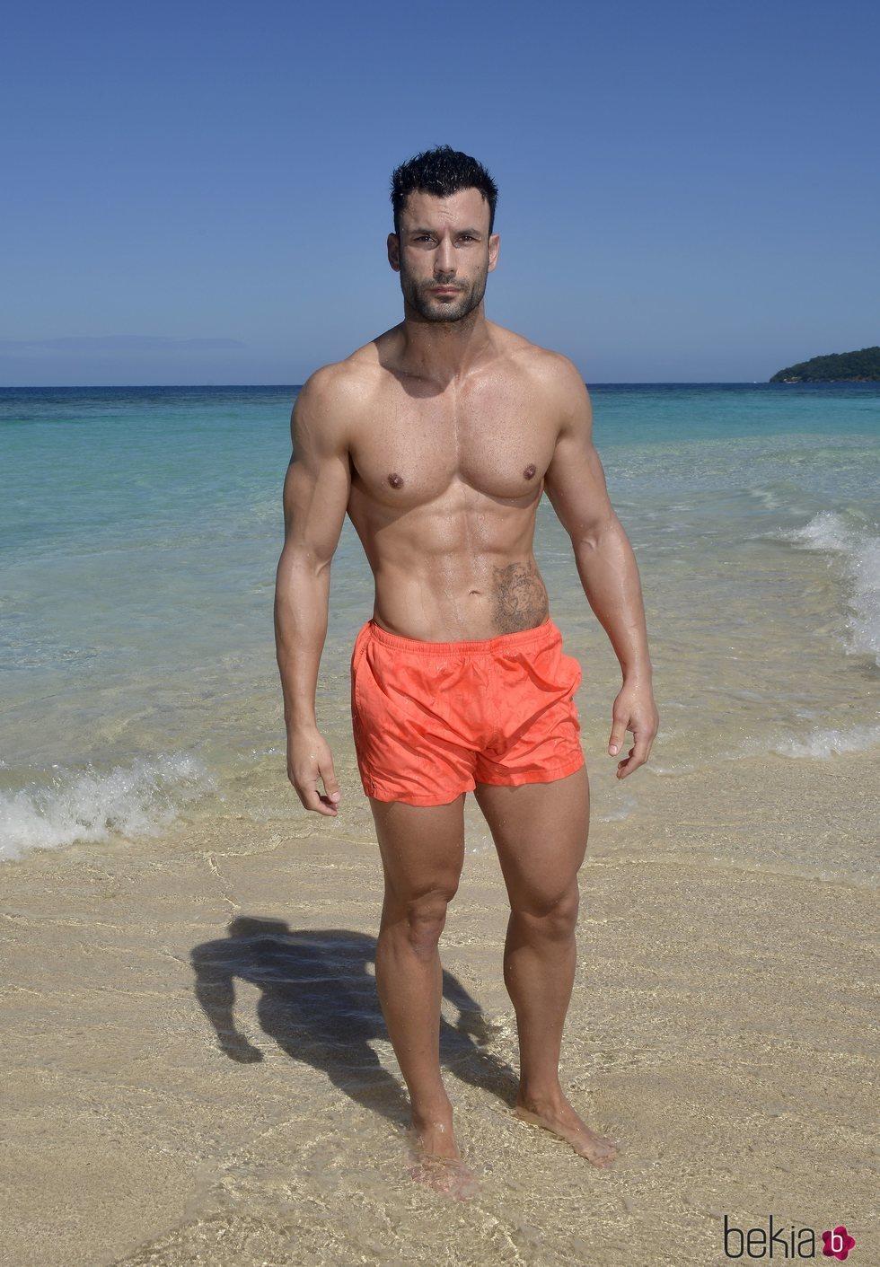 Jorge Pérez en la playa posando en la foto oficial de 'Supervivientes 2020'