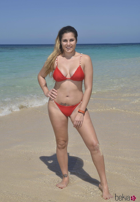 Ivana Icardi posando en la playa en la foto oficial de 'Supervivientes 2020'