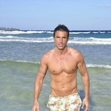 Hugo Sierra posando en la playa en la foto oficial de 'Supervivientes 2020'