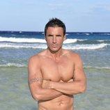 Hugo Sierra en la playa en la foto oficial de 'Supervivientes 2020'