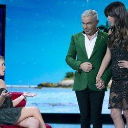 Jorge Javier Vázquez provocando el saludo entre Gloria Camila y Sofía Suescun en la gala de estreno de 'Supervivientes 2020'