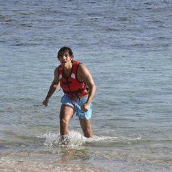 Alejandro Reyes llegando a la playa en la gala de estreno de 'Supervivientes 2020'