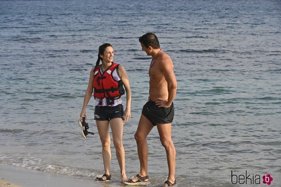 Elena Rodríguez y Hugo Sierra se reencuentran en la playa en la gala de estreno de 'Supervivientes 2020'