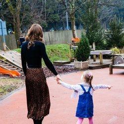 Kate Middleton paseando de la mano con una niña