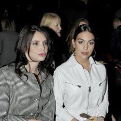 Georgina Rodríguez viendo uno de los desfiles de la semana de la moda de Milán