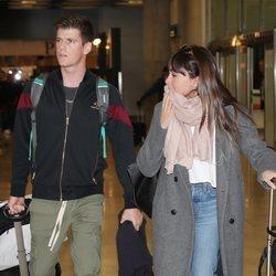 Aitana Ocaña y Miguel Bernardeau en el aeropuerto de Madrid volviendo de Milán