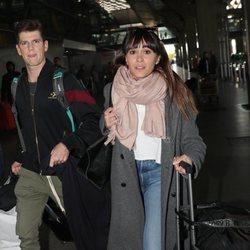 Aitana Ocaña y Miguel Bernardeau en el aeropuerto de Madrid volviendo de la Semana de la Moda de Milán