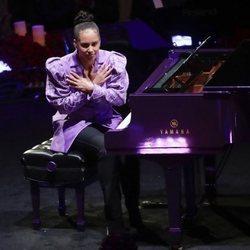 Alicia Keys actuando en el funeral de Kobe Bryant en el Staples Center de Los Ángeles