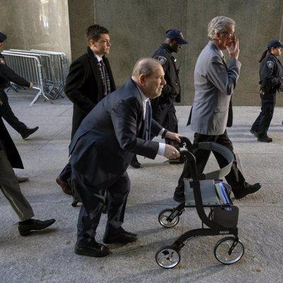 Harvey Weinstein llegando a los juzgados de Nueva York para conocer el veredicto de su juicio