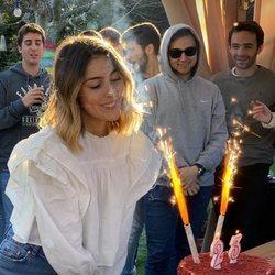 Anna Ferrer soplando las velas de su 23 cumpleaños