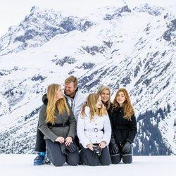 Guillermo Alejandro y Máxima de Holanda, muy cómplices con sus hijas en su posado de invierno