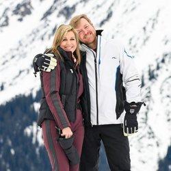 Guillermo Alejandro y Máxima de Holanda, muy enamorados en su posado de invierno
