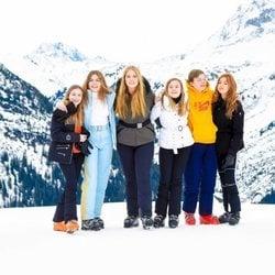 Leonor de Holanda, Eloísa de Holanda, Amalia de Holanda, Ariane de Holanda, Claus de Holanda y Alexia de Holanda en su posado de invierno