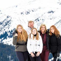 Guillermo Alejandro y Máxima de Holanda con sus hijas Amalia, Alexia y Ariane de Holanda en su posado de invierno