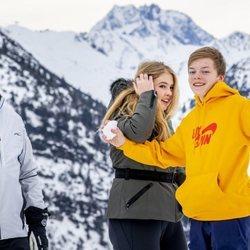Claus de Orange-Nassau con una bola de nieve junto a Guillermo Alejandro de Holanda y Amalia de Holanda en la nieve