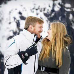 Guillermo Alejandro de Holanda y su hija Amalia de Holanda ríen divertidos en su posado de invierno