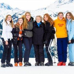 Beatriz de Holanda con sus nietas Ariane, Leonor, Amalia, Alexia y Eloísa y su nieto Claus en su posado de invierno