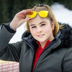 Amalia de Holanda luce pendientes y se quita las gafas de sol en su posado de invierno