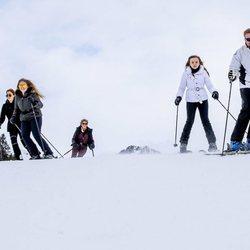 Guillermo Alejandro y Máxima de Holanda con sus hijas Amalia, Alexia y Ariane de Holanda esquiando