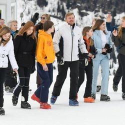 Guillermo Alejandro de Holanda con sus hijas y sus sobrinos en la nieve