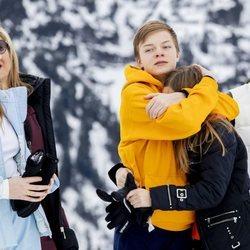 Claus de Orange-Nassau abraza a su hermana Leonor en presencia de Laurentien de Holanda y Eloísa de Orange-Nassau en Lech