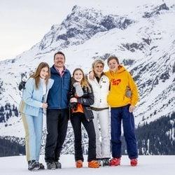 Constantino y Laurentien de Holanda con sus hijos Eloísa, Claus y Leonor de Orange-Nassau en Lech