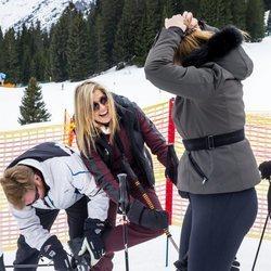 Guillermo Alejandro de Holanda ayuda a Máxima de Holanda con los esquís en Lech