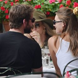 Liam Hemsworth y Gabriella Brooks comiendo juntos