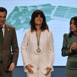 Vanesa Martín con la Medalla de Andalucía 2020