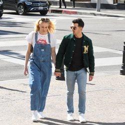 Joe Jonas y Sophie Turner paseando por Los Ángeles
