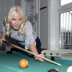 La Princesa Mette-Marit de Noruega jugando al billar
