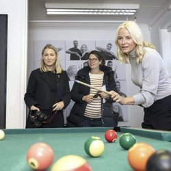 La Princesa Mette-Marit jugando al billar en un acto oficial
