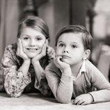 Estela y Oscar de Suecia posan tumbados en el suelo en el Palacio de Haga