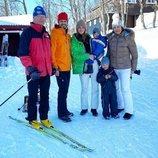 Carlos Gustavo de Suecia, Carlos Felipe de Suecia, Sofia Hellqvist, Gabriel de Suecia, Alejandro de Suecia y Silvia de Suecia en la nieve