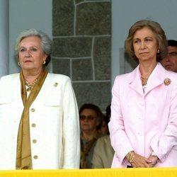 La Infanta Pilar y la Reina Sofía presidiendo una entrega de premios