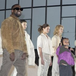 Kanye West y su hija North cantando en el desfile de Yeezy otoño/invierno 2020-2021 en París