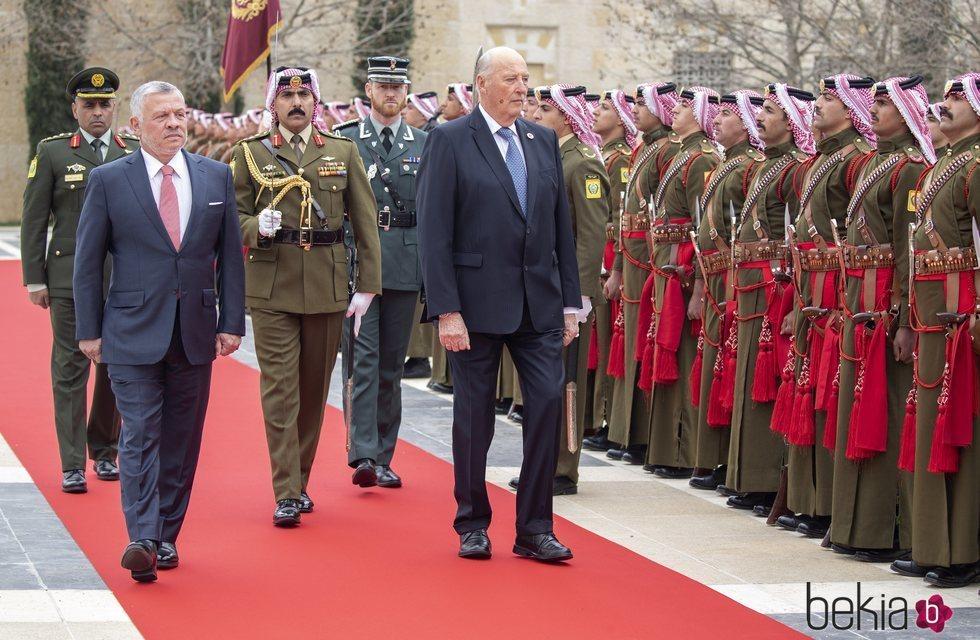 Abdalá de Jordania y Harald de Noruega pasan revista a las tropas en la Visita de Estado de los Reyes de Noruega a Jordania