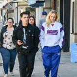 Sophie Turner y Joe Jonas, fotografiados paseando por Los Ángeles