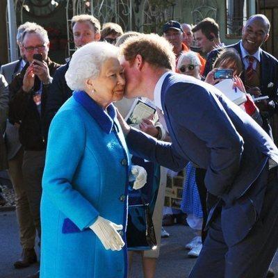 El Príncipe Harry besa a la Reina Isabel