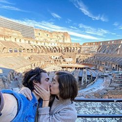 Gonzalo Hermida y Julia Medina dándose un apasionado beso en Roma