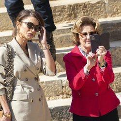 Sonia de Noruega hace fotos con su móvil junto a Rania de Jordania en la Visita de Estado de los Reyes de Noruega a Jordania