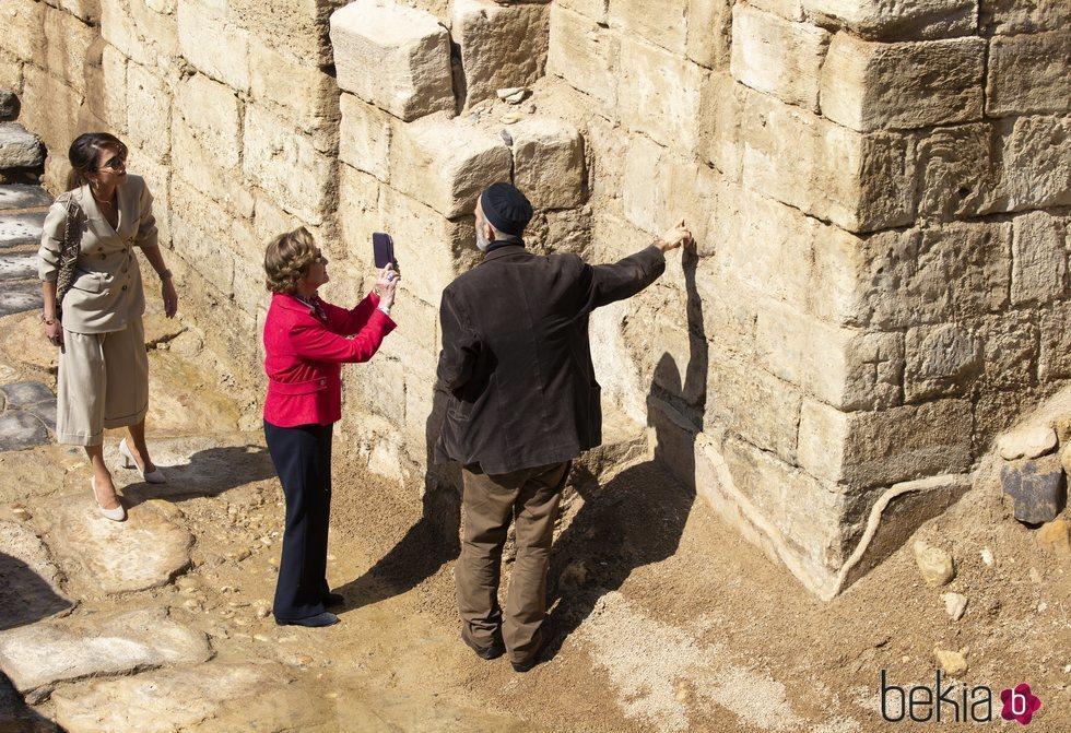 Sonia de Noruega hace fotos en un yacimiento arqueológico junto al Jordán acompañada de Rania de Jordania