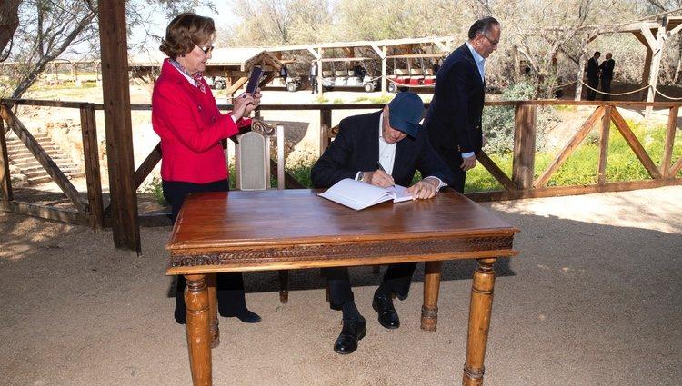 Sonia de Noruega hace una foto a Harald de Noruega mientras firma en su Visita de Estado a Jordania