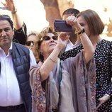 Sonia de Noruega haciendo fotos con el móvil en su Visita de Estado a Jordania