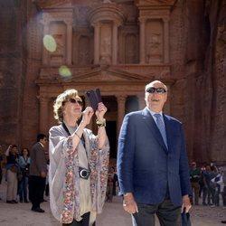 Sonia de Noruega hace fotos con su móvil en Petra junto a Harald de Noruega