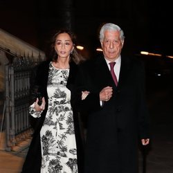 Isabel Preysler y Mario Vargas Llosa acudiendo a la misa funeral de Plácido Arango