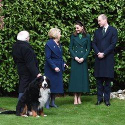 El Príncipe Guillermo y Kate Middleton con el Presidente de Irlanda, su mujer y su perro Brod en su visita oficial a Irlanda