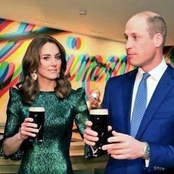 El Príncipe Guillermo y Kate Middleton con una pinta de cerveza en la Guinness Storehouse de Dublín